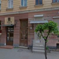 У Франківську реставрують старовинні двері в 110-літній пам'ятці архітектури