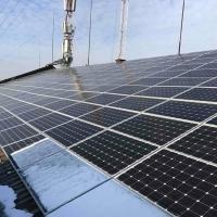 На даху будинку у центрі Франківська встановлюють сонячну електростанцію