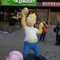 У центрі Івано-Франківська з'явилася скульптура Гомера Сімпсона
