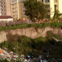 Мешканці Микитинців скаржаться на виритий котлован та порушення санітарних норм