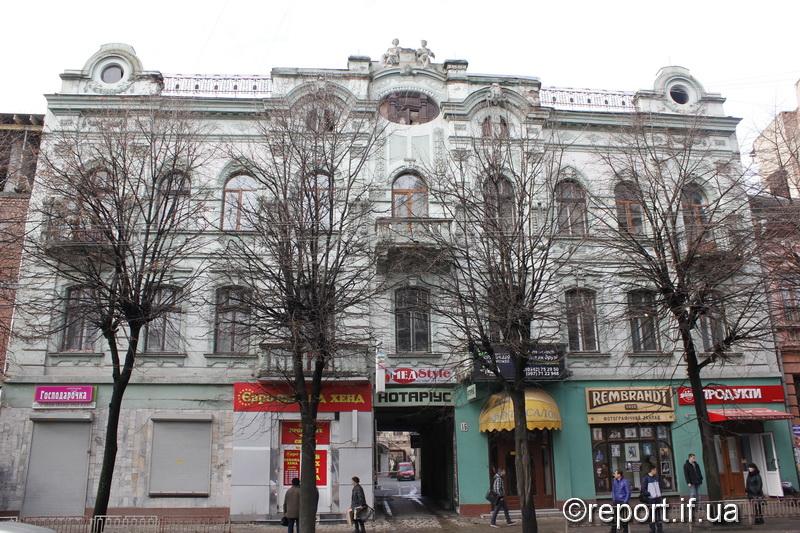 Група експертів досліджує будинок в центрі Франківська, де обвалилися сходи