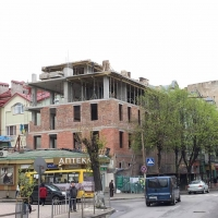 Відновлення пам'ятки архітектури на Січових Стрільців підходить до завершення - у будинку встановлюють дах