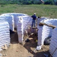 Прикарпатець будує унікальний екологічний будинок з глини