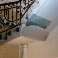 У Франківську в аварійному будинку на Січових обвалилася сходова клітка. Фото