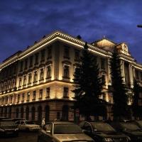 Головний корпус Івано-Франківського медуніверситету засяє різнокольоровими вогнями