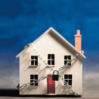 Мешканці Івано-Франківська, які придбали квартири у новобудові на межі вулиць Довгої-Тичини, не можуть отримати права власності на помешкання.