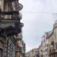 У Франківську з балкону пам'ятки архітектури падає цегла