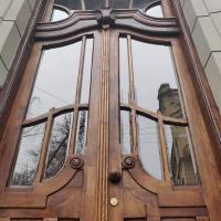 Ювілейна реставрація: у Франківську двері-близнюки повернулись на свої історичні місця