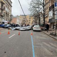 Через вітер у Києві зірвало дах у житловому будинку
