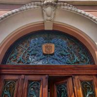 У Франківську старовинні двері Будинку правосуддя повернулись після реставрації. ФОТО