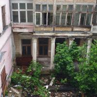 Історичний будинок в середмісті перетворили на сміттєзвалище
