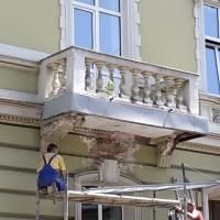 В середмісті Івано-Франківська на історичній будівлі встановлюють захисну сітку