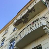 У Франківську людям на голови продовжують осипатися балкони