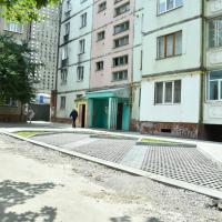 Комунальники оновили двір на Хоткевича