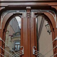 У Франківську відреставрували старовинні двері з будинку на вулиці Шопена