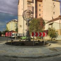 З квітами і кованим ліхтарем: нове дорожнє кільце з'явилося у Франківську. ФОТО