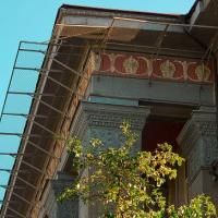 В середмісті Івано-Франківська на ще одній історичній будівлі встановили захисну сітку