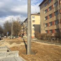З'єднання бульварів: підрядники монтують електроопори та викладають бруківкою пішохідний тротуар