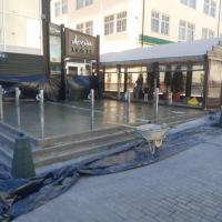У Франківську біля одного з кафе залили фундамент під літник прямо на тротуарі. ФОТО