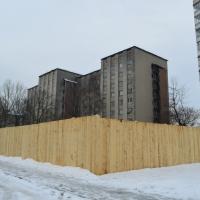 Скандальне будівництво на Набережній, 32 досі обгороджене парканом