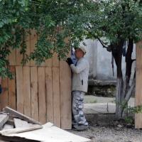 З'єднання бульварів: комунальники демонтовували паркан конфліктного будинку, люди викликали поліцію