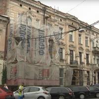 На вулиці Січових Стрільців мешканці самотужки ремонтують фасад кам'яниці. ВІДЕО