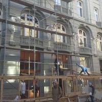 Реставрований фасад по вул. Мазепи 7-9 звільняють від риштування. Фото