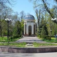 Знайомимось з історичними спорудами Івано-Франківська. Меморіальний сквер